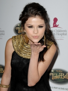 Selena Gomez karatasi la kupamba ukuta probably containing a portrait entitled sel blowing kisses xxx