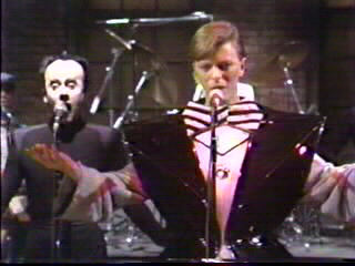"Who is backing up David Bowie performing ""The man who sold the World"" ?"