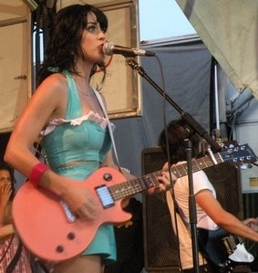 What did Katy name her berwarna merah muda, merah muda Gibson Les Paul?