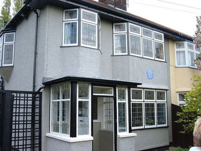 "What was the address of John Lennon's childhood ホーム ""Mendips"""