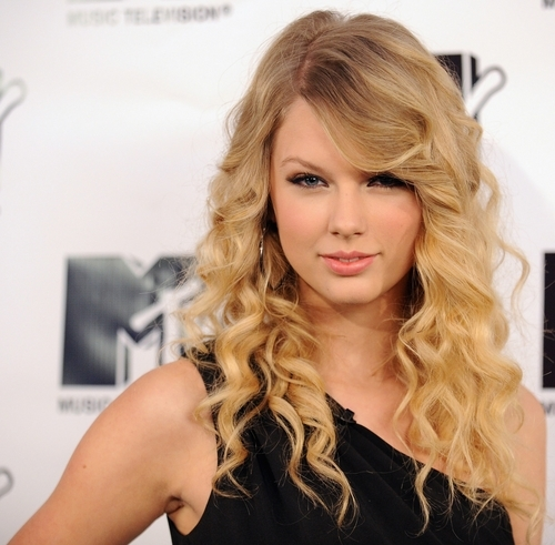 "Which vd actor was a guest star in the tv show ""CSI"" in the same episode that Taylor Swift played the victim?"