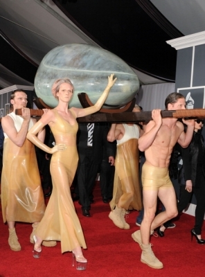 Who created the vessel in which she arrived at the Grammys 2011?