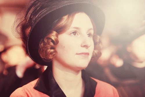 What is the name of the actress who stars as Edith?