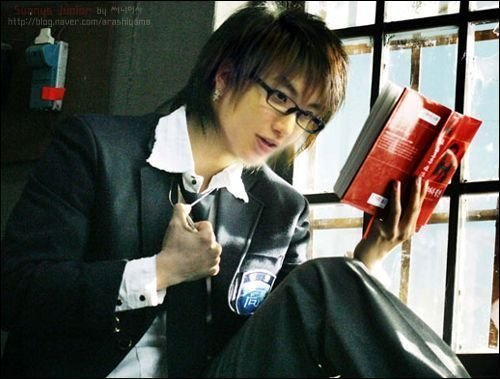 Why Leeteuk wears spectacles??