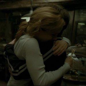¿Hermione es la ultima en abrazar a Harry?