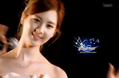 Seohyun once went to the Pudding and Jelly Cp's wedding photoshoot. As a bridesmaid, Seohyun wore what kind of dress and what colour?