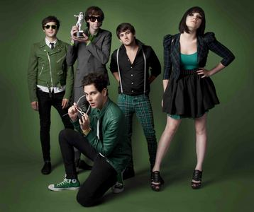 Who helped for the Cobra Starship in the album of iViva La Cobra! ?