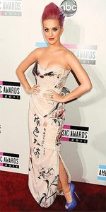 Who designed the dress Katy wore to the 2011 American música Awards?