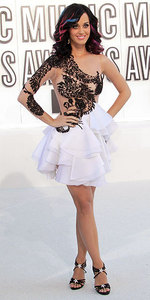 Who designed the dress Katy wore to the 2010 VMA's?