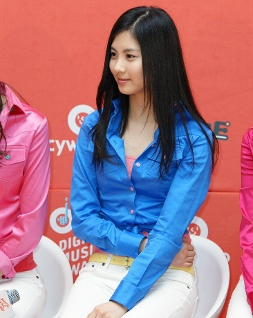 There is another member in SNSD, who wore the same outfit like Seohyun. Who is it?
