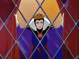 True または False: Lucille La Verne voice both the Evil クイーン and the Old Hag in Snow White?