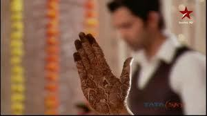 what alphabet does khushi have in her mehendi?
