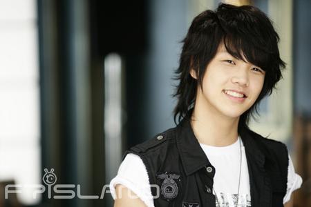 Won bin likes to hug someone while sleeping.Who is he?