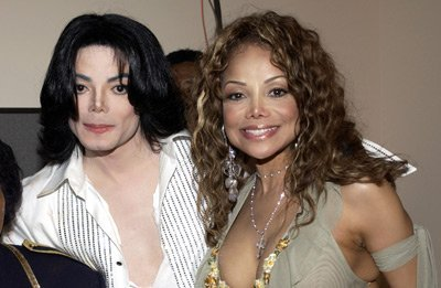 In which two ویڈیوز of Michael had his older Sister Latoya a little appearance?