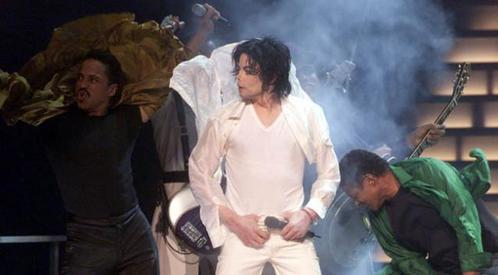 With which famous Singer performed Michael his Hit Song The Way bạn Make Me Feel at his 30th Anniversary 2001?
