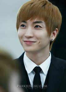 Who always seats next to Leeteuk when they are on plane?