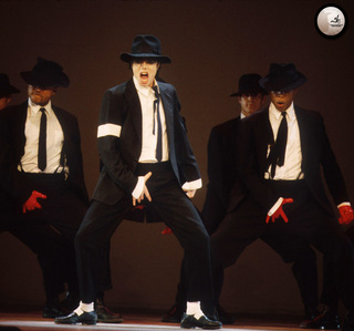"Which Song anda can hear shortly when Michael performed his Song ""Dangerous"" Live?"