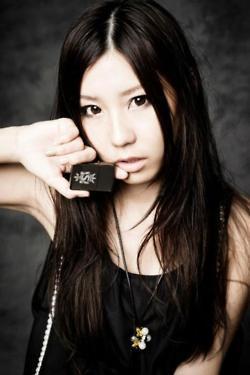 Tomomi likes to wear _____?
