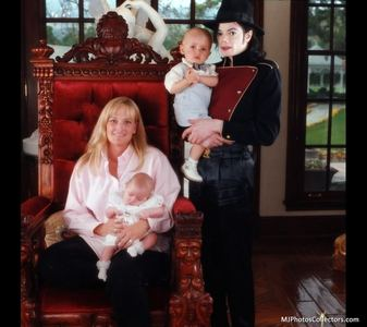 초 wife, Debbie Rowe is the mother of Michael's two older children