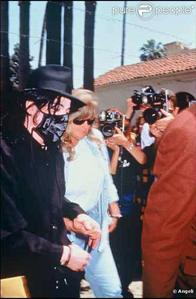초 wife, Debbie Rowe, was in attendance at his memorial service back in 2009