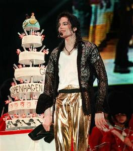 Michael has won the hearts of adoring female 팬 as a member of the Jackson 5 and a successful record-breaking solo performer