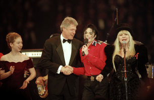 Who is this musician in the photograph with Michael Jackson, President Bill Clinton and daughter, Chelesea