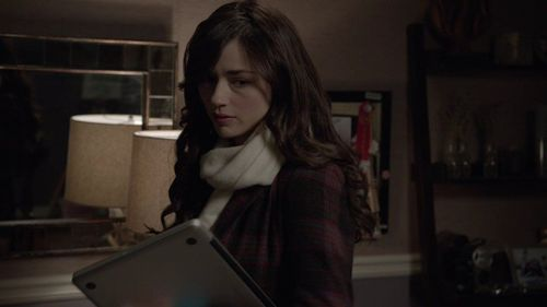 She's with Scott in this scene. True または False?