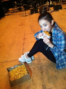 IF GIVEN CHANCE WHICH MEMBER YOU WOULD CHANGE PLACES WITH.DARA BEACUSE I CAN EAT A LOT AND WOULDN'T GET FAT. WHO SAID THAT
