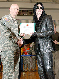 This تصویر was taken in 2007 when Michael visited an American Army base in Japan