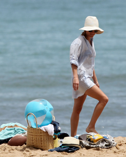 Reese Witherspoon on the pantai on Hawaii, August 14