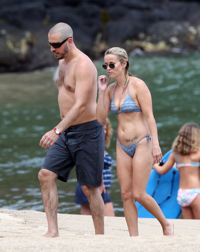 Reese Witherspoon on the beach on Hawaii, August 14