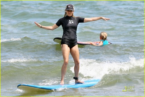 Reese Witherspoon: Surf's Up in Hawaii!