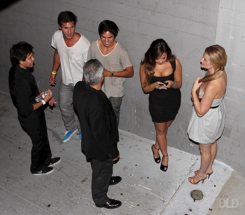 Demi - Hanging out with vrienden at Perez Hilton's Pre-VMA Party in Los Angeles, CA - August 27, 2011