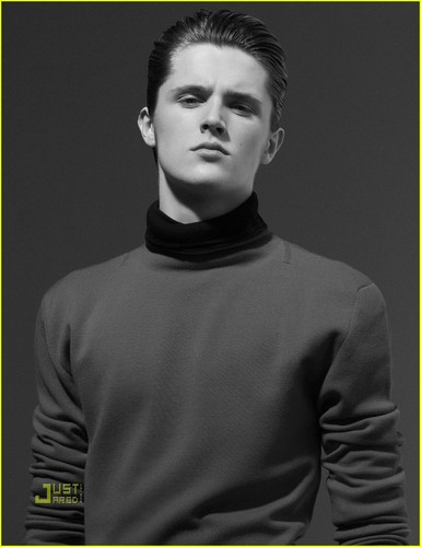 Eugene Simon Chats 'Game of Thrones' & Heath Ledger
