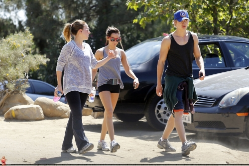 Haylie - Hiking at Runyon Canyon with Ashley tisdale and Austin Butler - June 07, 2011