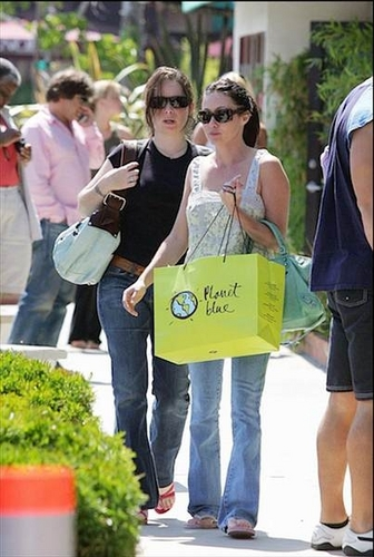চিরশ্যামল গুল্মবিশেষ Marie - Shopping in Malibu - 05.15.05
