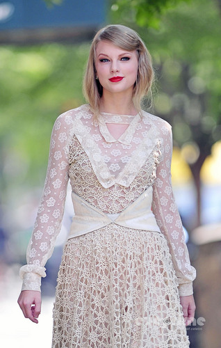 Taylor तत्पर, तेज, स्विफ्ट is spotted on her way to the Rodarte Fashion Show, Sep 13