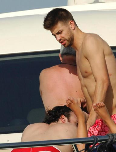 Gerard Piqué with man hot situation