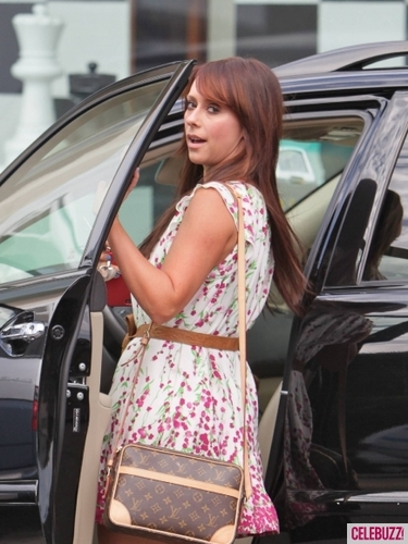 Jennifer Love Hewitt Goes Shopping in Los Angeles
