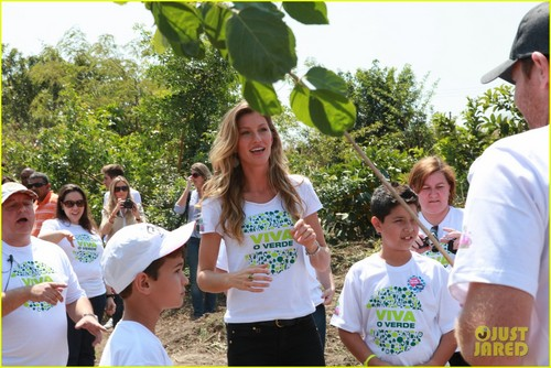 Gisele Bundchen: Planting Trees with Brazilian Kids!