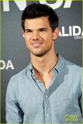 Taylor Lautner: 'Abduction' Premiere & picha Call in Spain!