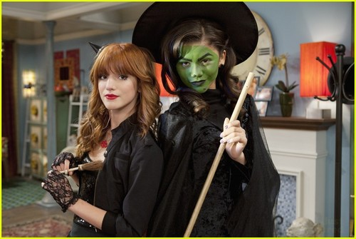 Zendaya & Bella Thorne 'Shake Up' হ্যালোইন