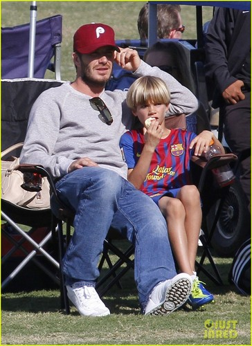 David Beckham Watches His Mini sepakbola Stars!