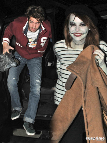 Emma Stone and Andrew 加菲猫 head to a 万圣节前夕 Party