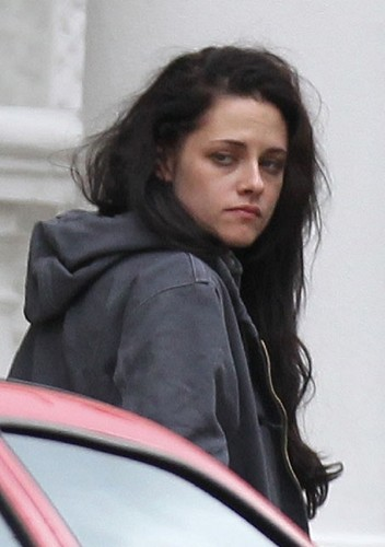 Rob & Kristen arriving at the same apartment, seperately ( Oct 29th & 30th)