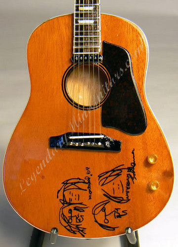 "The guitarra that John Lennon used for ""Give Peace a Chance"""