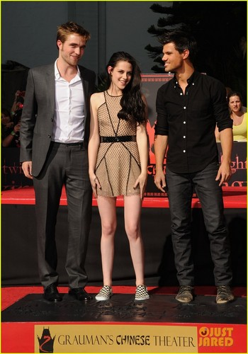 Kristen Stewart & Robert Pattinson: Hand and Footprint Ceremony!