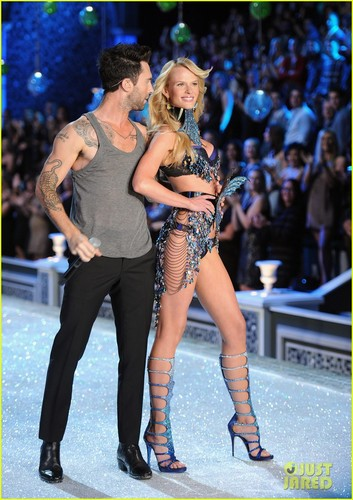 Adam Levine & Anne V - Victoria's Secret Fashion Zeigen 2011