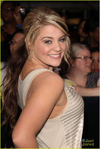 Lauren Alaina at the premiere of The Twilight Saga: Breaking Dawn - Part 1 in Los Angeles