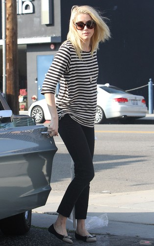 Picks up her dry cleaning at Frederick Cleaners in LA (November 15th)